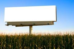 Anschlagtafel auf einem Gebiet von Mais Stockfotografie