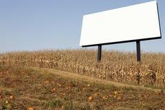 Anschlagtafel auf einem Maisgebiet Stockfotos