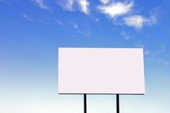 Anschlagtafel auf einem schönen blauen Himmel - große Version Stockfotografie