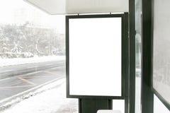 Anschlagtafel auf Straße im Winter lizenzfreies stockfoto
