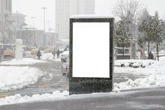 Anschlagtafel auf Straße im Winter stockfotos