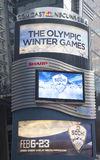 Anschlagtafel Comcasts NBC Universal verziert mit Sochi 2014 olympisches Spiellogo des Winter-XXII nahe Times Square in Midtown Ma Stockfotografie