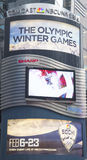 Anschlagtafel Comcasts NBC Universal verziert mit Sochi 2014 olympisches Spiellogo des Winter-XXII nahe Times Square in Midtown Ma Stockfoto
