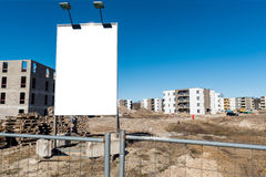 Anschlagtafel an der Baustelle Neubauwohnungen developmentBillboard an der Baustelle Lizenzfreies Stockfoto