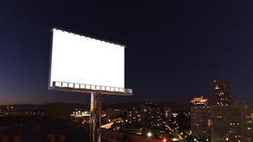 Anschlagtafel in der Nachtstadt Stockfotografie