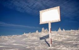 Anschlagtafel in der Winterlandschaft Stockbilder