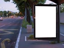 Anschlagtafel an einem Busbahnhof in der Stadt Lizenzfreie Stockbilder
