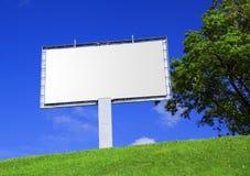 Anschlagtafel gegen eine schöne Landschaft Lizenzfreie Stockbilder