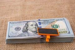 Anschlagtafel gesetzt auf die US-Dollar Banknote Stockfotos
