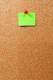 Anschlagtafel, grüne Anmerkung und Stift stockfotografie