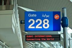 Anschlagtafel im Dubai-Flughafen Stockbild