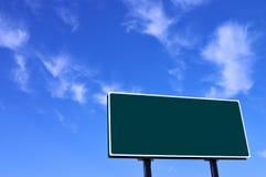 Anschlagtafel im grünen und blauen Himmel Lizenzfreie Stockfotografie