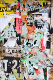 Anschlagtafel mit alten heftigen Plakaten Stockbild