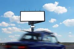 Anschlagtafel- und Fahrzeuggeschwindigkeit ein Stockfotografie