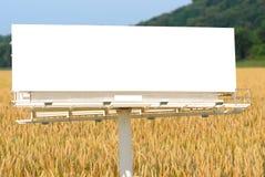 Anschlagtafel-und Weizen-Feld Stockfoto