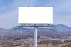 Anschlagtafelfreier raum auf Landschaftsstraße für die Werbung des Hintergrundes lizenzfreie stockfotos