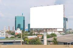Anschlagtafelfreier raum auf Straße in der Stadt für die Werbung des Hintergrundes lizenzfreies stockfoto