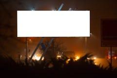 Anschlagtafelfreier raum im Freien für die Werbung des Plakats mit Modell, Nachtstadtzeit lizenzfreie stockfotos