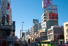 Anschlagtafeln auf Dach in Tokyo stockfotos