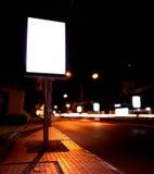 Anschlagtafeln an der Bushaltestelle in der Nacht stockbilder