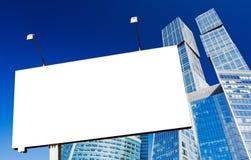 Anschlagtafeln und Wolkenkratzer Lizenzfreie Stockbilder
