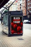 Anschlagtafelschwarzfreitag-Plakatwerbung auf Bushaltestelle lizenzfreies stockbild