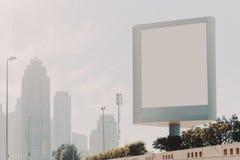 Anschlagtafelspott hoch und Wolkenkratzer in Dubai Stockbild