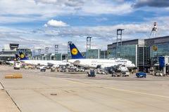 Anschluss 1 mit Passagierflugzeugen in Frankfurt Stockfotografie