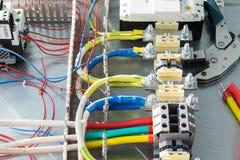 Anschluss, Draht, Leistungsschalter, Kabelkanäle, Kräuselungszangen stockbilder