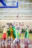 ANSCHLUSS und unbestimmtes Team spielen den Basketball Stockfoto