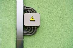 Anschlusskasten auf der grünen Wand Lizenzfreies Stockfoto