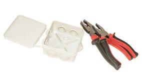 Anschlusskasten und zwei Zangen lokalisiert auf weißem Hintergrund Lizenzfreie Stockfotografie