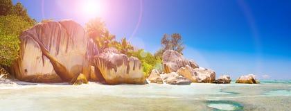 anse海滩黎明印第安海岛拉齐奥海洋全景praslin塞舌尔群岛热带视图 普拉兰岛海岛,塞舌尔群岛,印度洋 万维网横幅 库存照片