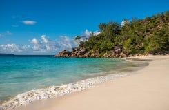 热带海岛海滩Anse拉齐奥,普拉兰岛,塞舌尔群岛 免版税图库摄影