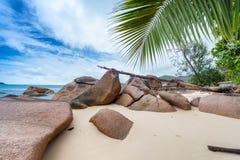 Anse Boudin -普拉兰岛,塞舌尔群岛美丽的被环绕的岩石  库存照片