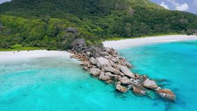 Anse magnífico e isla menuda de Digue del La de las playas de Anse, Seychelles Vuelo aéreo del círculo del abejón sobre la turque metrajes