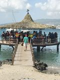 Anse Mitan,马提尼克岛- 12/14/17 -在水的酒吧在一个美丽的热带海滩在Anse Mitan 图库摄影