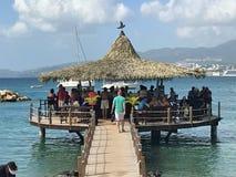 Anse Mitan,马提尼克岛- 12/14/17 -在水的酒吧在一个美丽的热带海滩在Anse Mitan 库存照片