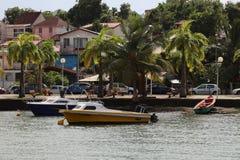 Anse Mitan,马提尼克岛- 12/14/17 -风景水前面和小船在Anse Mitan 免版税库存图片