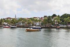 Anse Mitan,马提尼克岛- 12/14/17 -风景水前面和小船在Anse Mitan 库存图片