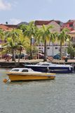 Anse Mitan,马提尼克岛- 12/14/17 -风景水前面和小船在Anse Mitan 免版税图库摄影