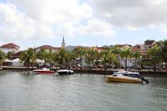 Anse Mitan,马提尼克岛- 12/14/17 -风景水前面和小船在Anse Mitan 免版税库存照片