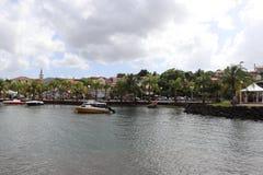 Anse Mitan,马提尼克岛- 12/14/17 -风景水前面和小船在Anse Mitan 图库摄影