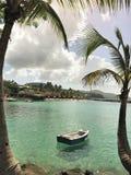 Anse Mitan,马提尼克岛- 12/14/17 :漂浮在一个美丽的热带海滩的岸附近的小船在Anse Mitan,马提尼克岛 图库摄影