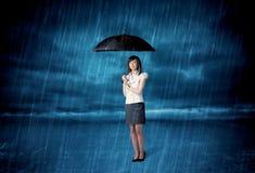 Anseende för affärskvinna i regn med ett paraply Royaltyfria Bilder