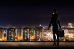 Anseende för affärskvinna på fönstret Arkivbild