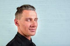 Anseende för affärsman för Closeupstående ungt stiligt på bakgrund för tegelstenvägg royaltyfri fotografi