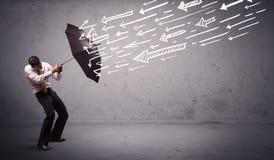 Anseende för affärsman med paraplyet och utdragna pilar som slår honom Royaltyfria Foton