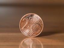 Anseende för cent för euro två på en woddentabell Royaltyfri Bild