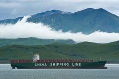 Anseende för höst för behållareskepp CSCL på vägarna på ankaret Nakhodka fjärd Östligt (Japan) hav 16 05 2014 fotografering för bildbyråer